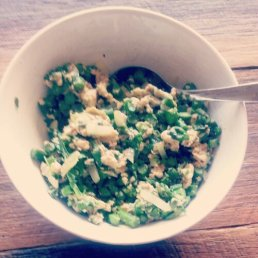 Scrambled eggs with asparagus, onion, leek and rocket